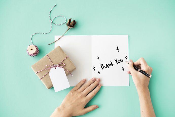 便箋に結婚式のお礼状を手書きで書いているところ