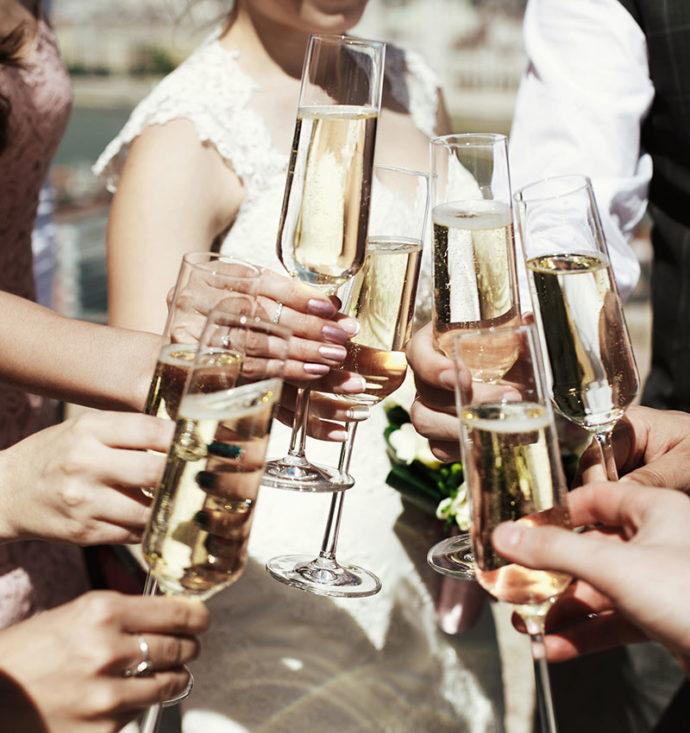 誰に依頼する?結婚式の受付や主賓祝辞・乾杯をお願いするときのマナー