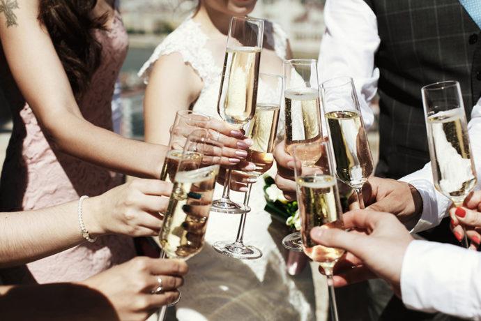 結婚式での乾杯のイメージ