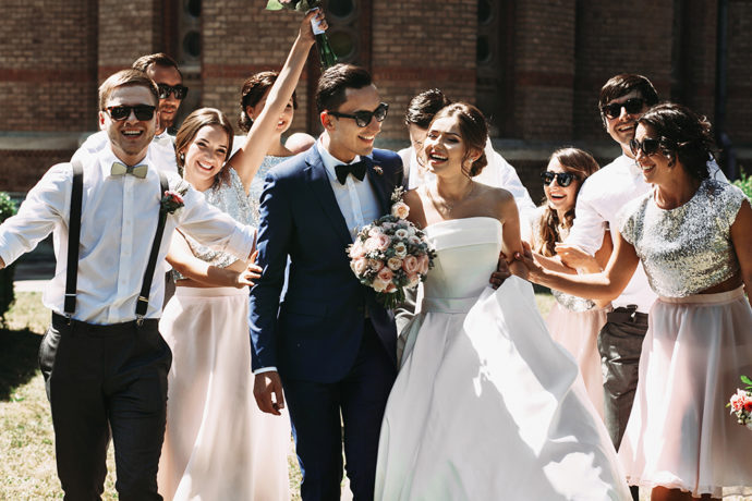結婚式で祝福されるカップル