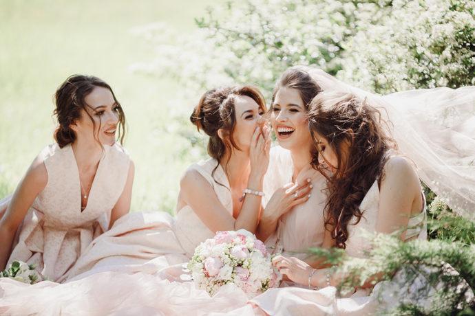 楽しそうなブライズメイドと花嫁
