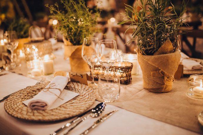 ナチュラルモダンな雰囲気の結婚式の二次会のテーブル席。暖色系のライティング