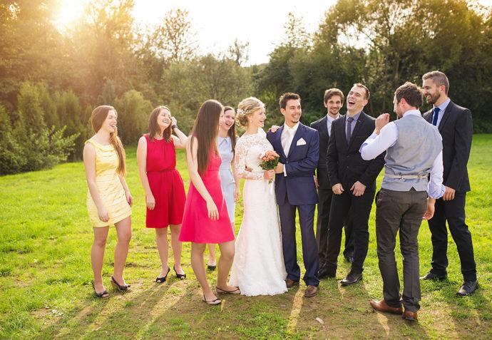 シェアド婚でゲストと新郎新婦が談笑している様子