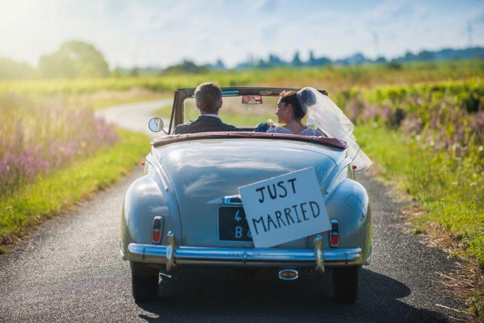 結婚式のお礼状を送り終わってハネムーンに行くイメージ