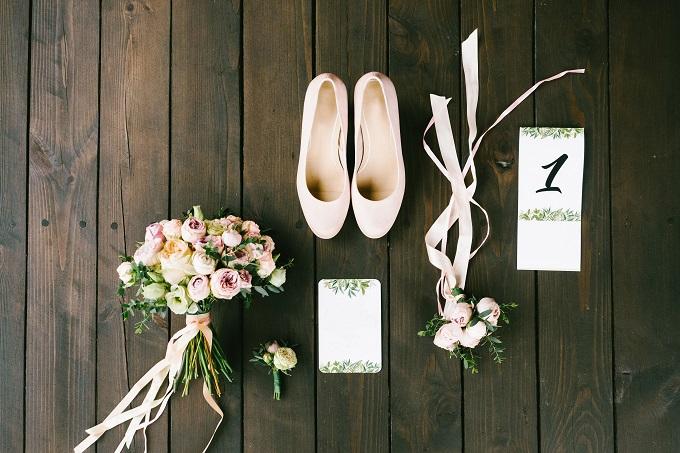 結婚式や二次会の招待状を準備している様子