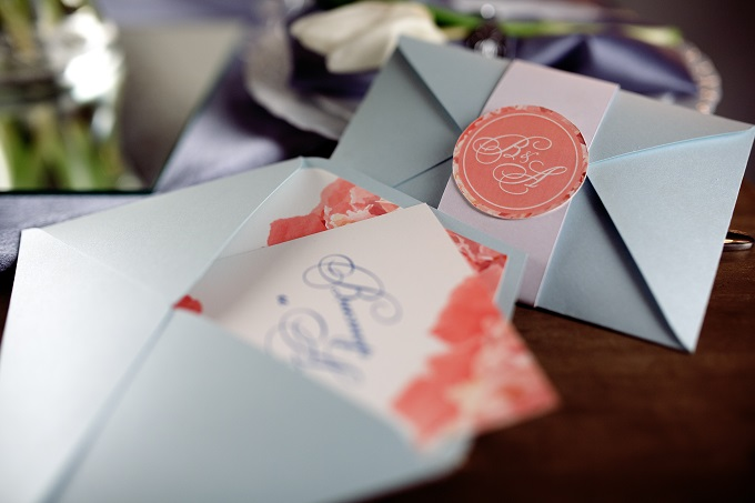 結婚式や二次会で無料のWEB招待状を検討している様子