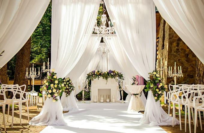 無料でないWEB招待状サービスを使用し、結婚式を挙げたイメージ