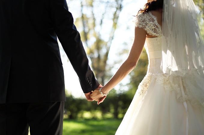 無料でないWEB招待状サービスを使用し、結婚式を挙げた新郎新婦の写真