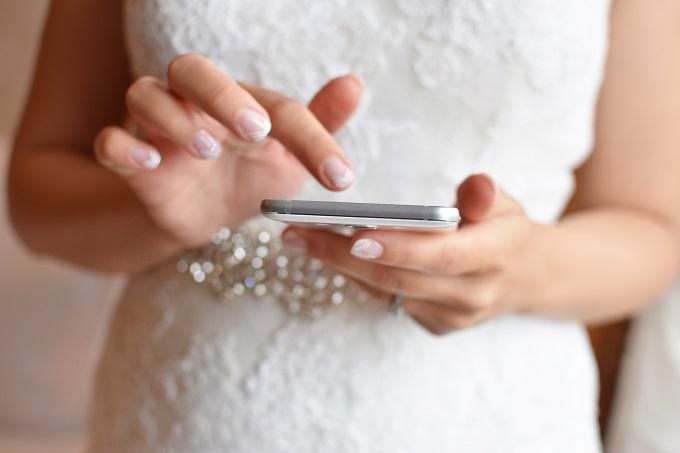 おすすめの無料・有料の結婚式WEB招待状サービスを探している様子