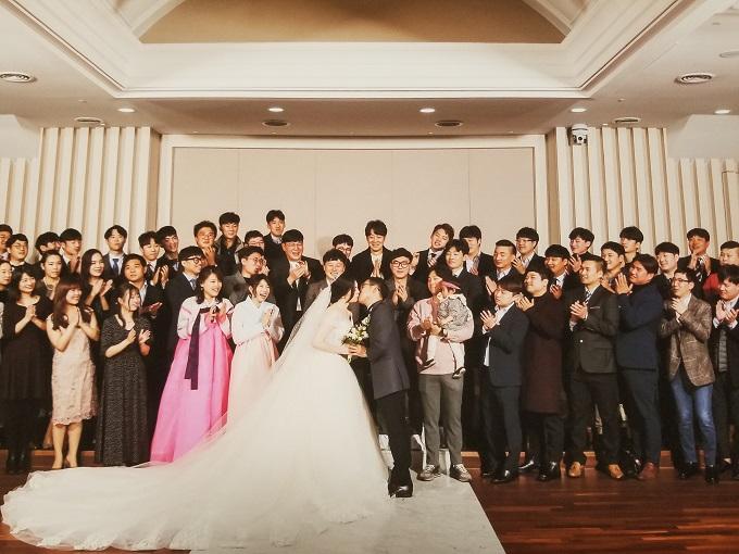 韓国の方との国際結婚。おしゃれな結婚式でゲストと写真を撮る様子